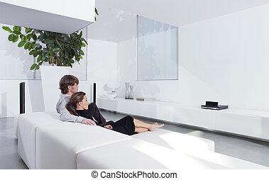 tv, sofá, par, jovem, observar