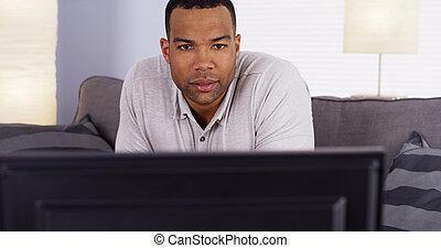 tv, uomo, osservare, africano, mostra