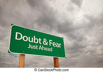 tvivel, och, rädsla, grön, vägmärke, över, stormmoln