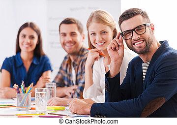 twórczy, team., grupa, od, zaufany, handlowy zaludniają, w, przemądrzały przypadkowy, nosić, posiedzenie na stole, razem, i, uśmiechanie się