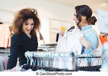 twee, 12563 a aan i, bekijken, kleding, in, winkel
