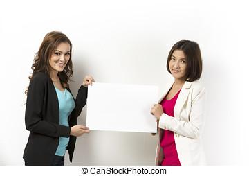 twee, aziatische vrouwen, met, leeg, plank, gereed, voor, jouw, message.