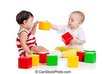 twee, baby's, of, geitjes, spelen samen, met, kleur, speelgoed