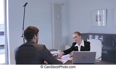 twee, businesspeople, schuddende handen, op, een, delen