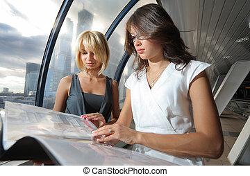 twee, businesswomen, het onderzoeken, papieren, in,...