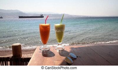 twee, cocktails, op, tafel, fris, koffiehuis, op het strand