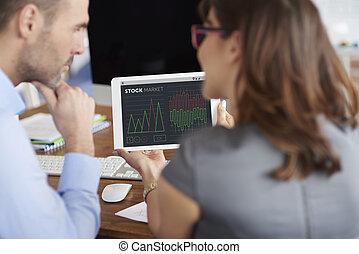 twee, collega's, werkende , met, digitaal tablet