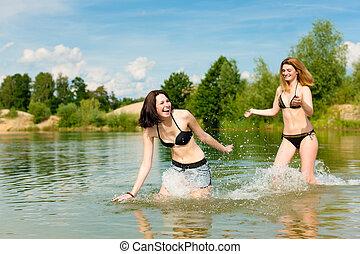 twee, gelukkige vrouwen, hebbend plezier, op, meer