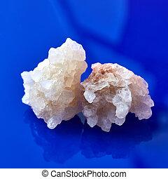 twee, groot, peices, van, natuurlijke , kristal, van, zout, op, een, blauwe achtergrond, met, weerspiegeling.
