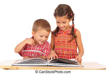 twee, het glimlachen, kinderen, lezende , de, boek, op, de, bureau