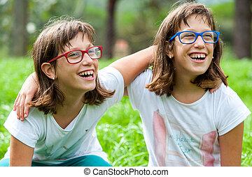 twee, jonge, invalide, geitjes, lachen, outdoors.