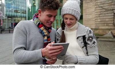 twee, jonge volwassenen, gebruik, een, tablet, buitenshuis