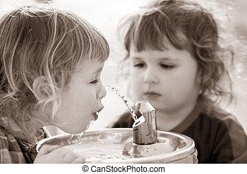 twee jongens, door, de, drinkende fontein