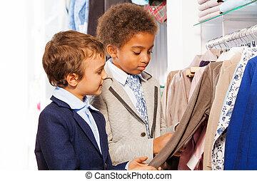 twee, kies, mannelijke , vrienden, winkel, kleren