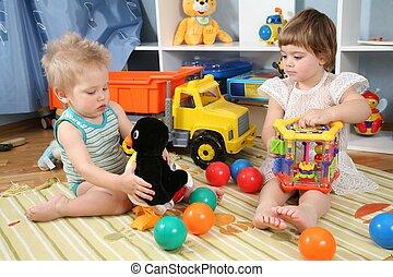 twee kinderen, in, speelkamer, met, speelgoed