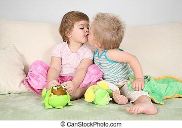 twee kinderen, kussende , op, sofa
