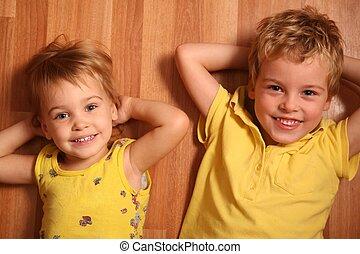 twee kinderen, leugen, op de vloer, 2