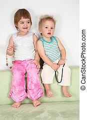 twee kinderen, op, sofa, met, kralen