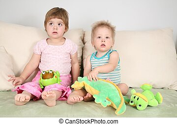twee kinderen, op, sofa, met, speelgoed