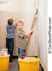 twee kinderen, schilderende muur, thuis