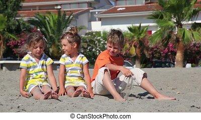twee kinderen, zittende , op het zand, en, werpen, hen, tegen, de, woning
