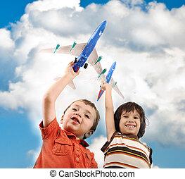 twee, kleine, jongens, met, airplains, in, handen, idee, voor, het reizen, rond de wereld