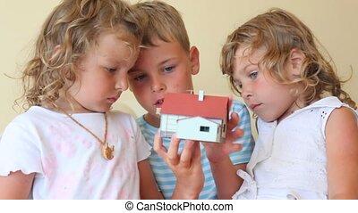 twee, kleine meisjes, en, jongen, met, stuk speelgoed huis,...