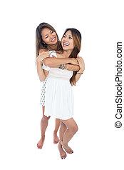 twee, lachen, jonge vrouwen, het poseren, voor, de, fototoestel