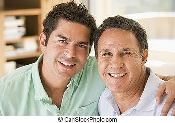 twee mannen, in, woonkamer, het glimlachen