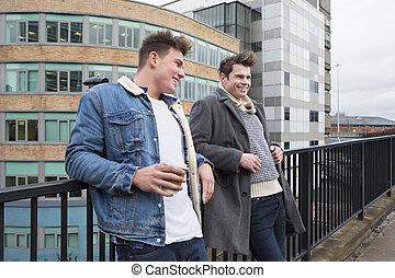 twee mannen, klesten, in de stad