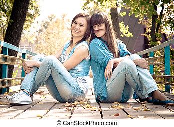 twee meisjes, gekscherend met, haar