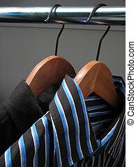 twee, modieus, overhemden, op, houten, hangers
