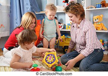 twee, moeders, en, kinderen, in, speelkamer