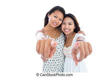 twee, mooi, jonge vrouwen, richtend bij, de, fototoestel