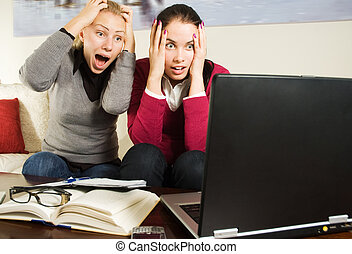 twee, mooie meisjes, met, draagbare computer, in, de werkkring