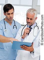 twee, nadenkend, artsen