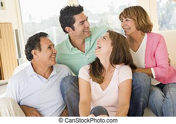 twee paren, zittende , in, woonkamer, het glimlachen, en, lachen