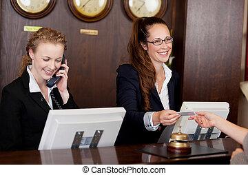 twee, receptionists, op, een, het bureau van de ontvangst