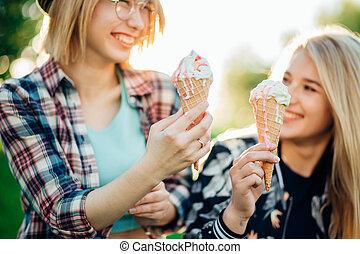 twee, samen, lachen, buitenshuis, room, vrienden, hebben, best, ijs
