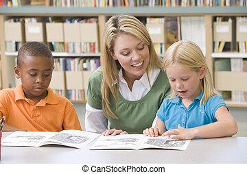 twee, scholieren, klassikaal, lezende , met, leraar