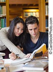 twee, scholieren, studerend , in, een, bibliotheek