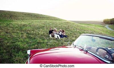 twee, senior, stellen, zittende , door, cabriolet, op, een,...