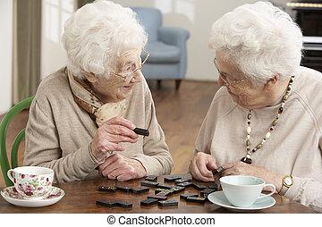 twee, seniore vrouwen, het spelen domino's, op, dag zorg,...