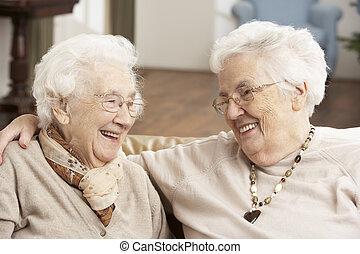 twee, seniore vrouwen, vrienden, op, dag zorg, centrum