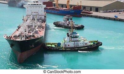 twee, slepen, bootjes, radvormigen, tanker, in, zee poort