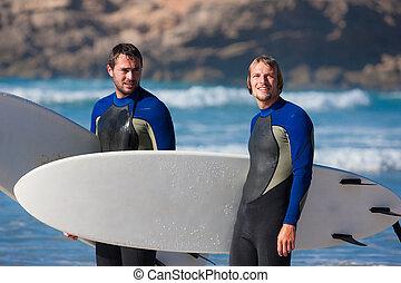 twee, surfers, klesten, op het strand