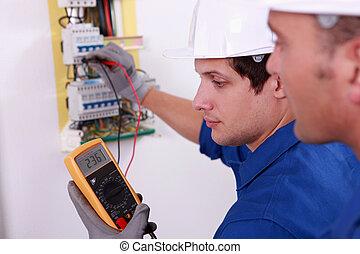 twee, technisch, ingenieurs, controleren, elektromateriaal
