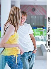 twee, universiteitsstudenten, talking/flirting, op, campus