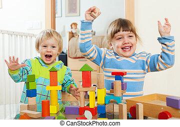 twee, vrolijke , kinderen spelende, met, blokjes, in, thuis