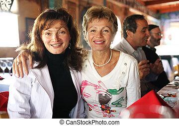 twee, vrolijke , volwassen vrouwen, op, feestje, in, restaurant